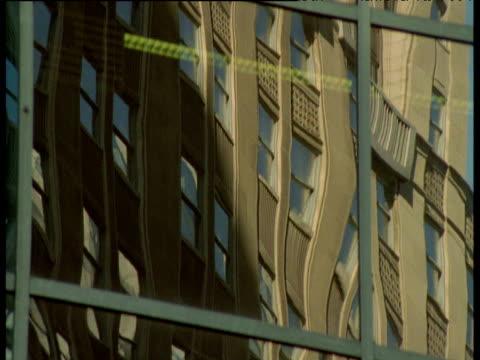 stockvideo's en b-roll-footage met tilt up over reflected buildings on skyscraper windows, chicago - verwrongen