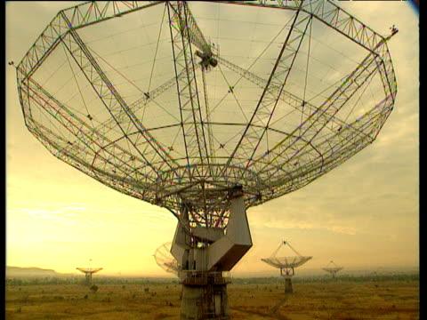 stockvideo's en b-roll-footage met tilt up radio telescope dish - astronomietelescoop