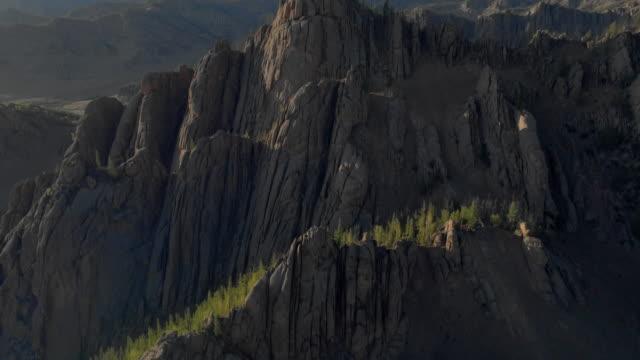 vídeos de stock e filmes b-roll de tilt up: rocky mountains with trees on sunny day - ulaanbaatar, mongolia - ulan bator