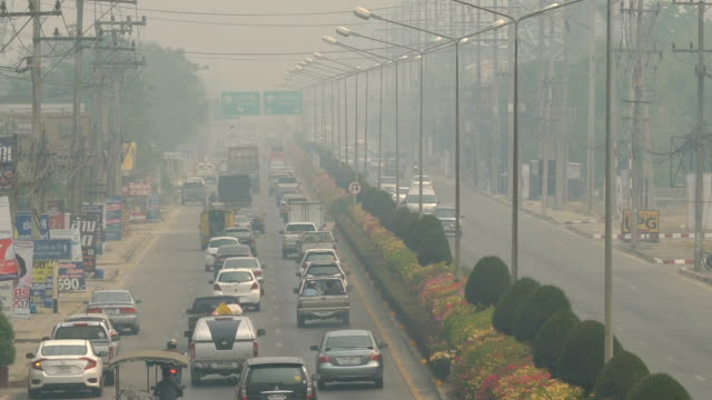 stockvideo's en b-roll-footage met tl tilt up rush hour met luchtvervuiling. - uitlaatgas