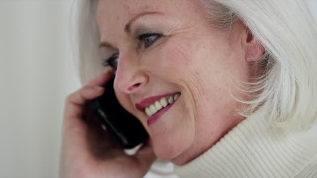 vídeos de stock, filmes e b-roll de cu tilt up senior woman on mobile phone laughing and smiling - batom rosa