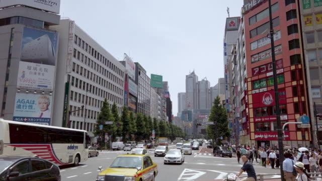 vídeos de stock, filmes e b-roll de 4k incline para cima. área da baixa de shinjuku em tokyo, japa - pedestre