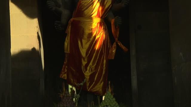 vídeos de stock e filmes b-roll de tilt up shot buddha angkor wat siem reap cambodia - figura masculina