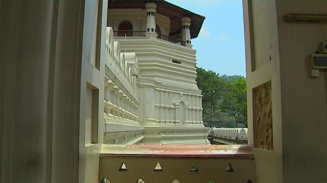 tilt up shot dalada maligawa kandy central province sri lanka - sri lankan culture stock videos & royalty-free footage