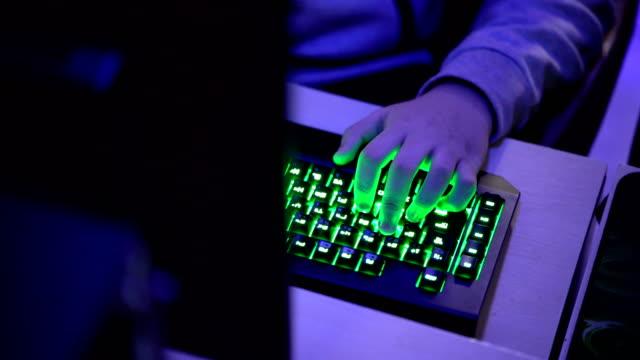 コンピューター ゲームのヘッドセットに直面するゲーマーの手からのショットを傾ける - デスクトップ型パソコン点の映像素材/bロール