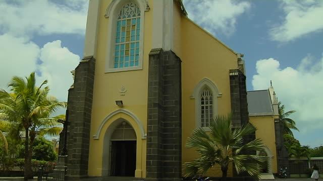 vídeos de stock, filmes e b-roll de tilt up shot maheburg church mauritius - ilhas mascarene