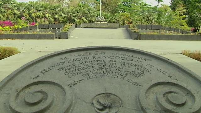 vídeos de stock, filmes e b-roll de tilt up shot memorial pamplemousse port louis mauritius - ilhas mascarene