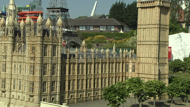 stockvideo's en b-roll-footage met tilt up shot mini europe brussels belgium - klein