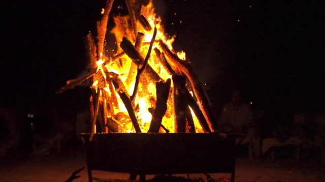tilt up shot of burning firewood in fire pit at campsite during night, glowing bonfire at campground - montego bay, jamaica - tilt up stock videos & royalty-free footage