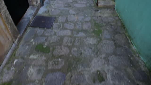 vídeos y material grabado en eventos de stock de tilt up shot of empty alley amidst residential buildings in city - porto, portugal - piedra