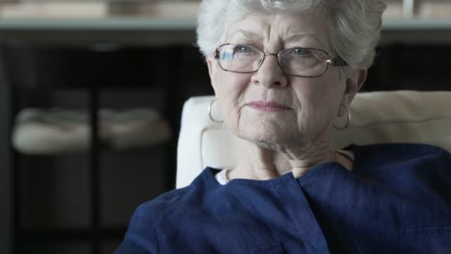 stockvideo's en b-roll-footage met tilt up shot of home caregiver consoling senior woman in living room - infaden