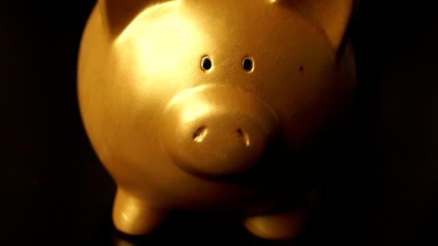 Kippen Sie nach oben Schuss sparen Münze gold Schweinchen auf Tisch
