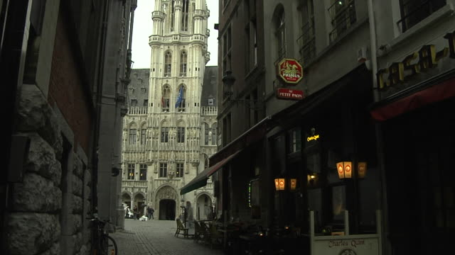 stockvideo's en b-roll-footage met tilt up shot ornate townhall brussels flemish brabant belgium  - 16e eeuwse stijl