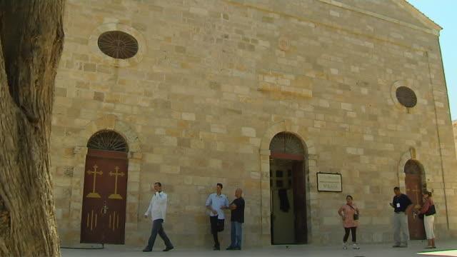 tilt up shot saint george church madaba jordan - besichtigung stock-videos und b-roll-filmmaterial