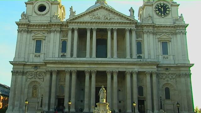 tilt up shot st paul cathedrall london united kingdom - spira tornspira bildbanksvideor och videomaterial från bakom kulisserna
