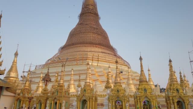stockvideo's en b-roll-footage met 4k tilt up shwedagon pagode in yangon, myanmar. - gelovige