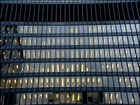 tilt up skyscraper of chicago federal center chicago - fensterfront stock-videos und b-roll-filmmaterial