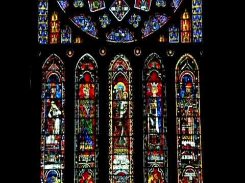 vidéos et rushes de tilt up stained glass windows to huge rose window chartres cathedral france - cathédrale