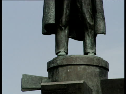 vídeos y material grabado en eventos de stock de tilt up statue of lenin on plinth against blue sky st petersburg - lenín