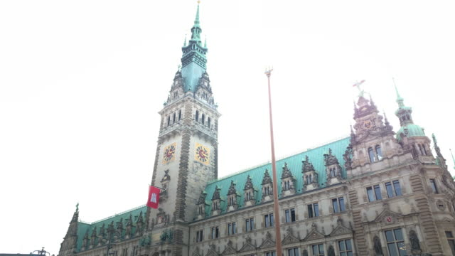 tilt up the hamburg town hall (rathaus), the seat of the state parliament - rathaus hamburg stock-videos und b-roll-filmmaterial