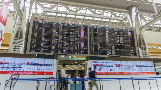 4k tilt up zeitraffer : innerhalb des flughafens narita in japan . - flugpassagier stock-videos und b-roll-filmmaterial