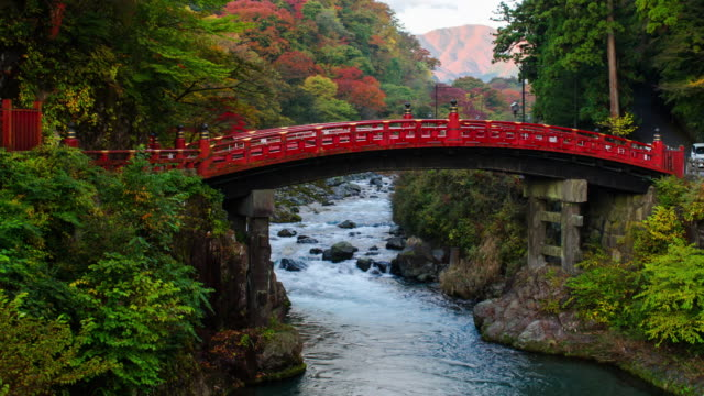 vídeos de stock, filmes e b-roll de 4k tilt up timelapes shinkyo bridge na temporada de outono, nikko, japão. - high dynamic range imaging