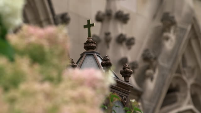 vídeos y material grabado en eventos de stock de tilt up to a cross on top of a light fixture outside saint paul cathedral in pittsburgh, pennsylvania on august 15, 2018. - religion or spirituality
