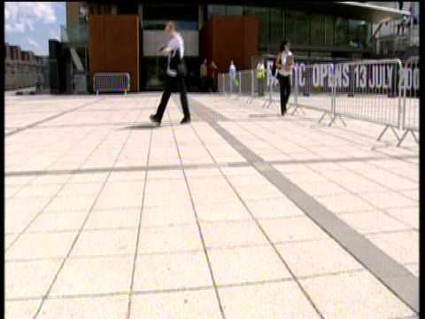 vídeos y material grabado en eventos de stock de tilt up to baltic arts centre gateshead newcastle - newcastle