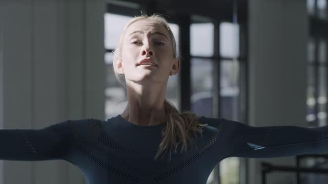 tilt up to close up of woman practicing spinning in dance studio / lehi, utah, united states - menschliche gliedmaßen stock-videos und b-roll-filmmaterial