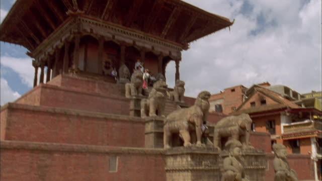 vidéos et rushes de tilt up to pagoda of buddhist temple against blue sky, baktapur, nepal available in hd. - s'impliquer à fond
