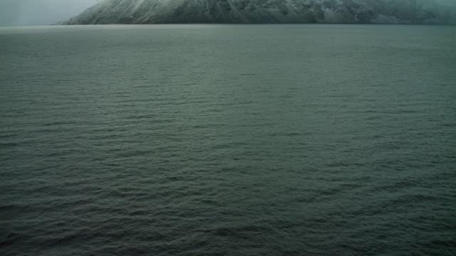 vidéos et rushes de tilt up to snowy baffin island headland - partie d'une série