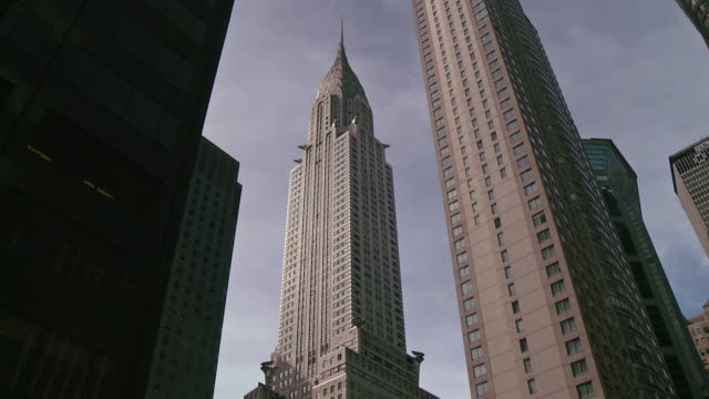 tilt up to the chrysler building in manhattan. - chrysler building stock-videos und b-roll-filmmaterial