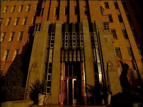 stockvideo's en b-roll-footage met tilt up to top of amazon.com's orange brick building headquarters under clear blue sky - hoofdkantoor
