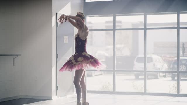 vídeos y material grabado en eventos de stock de tilt up to tracking shot of ballerina practicing in dance studio / lehi, utah, united states - lehi