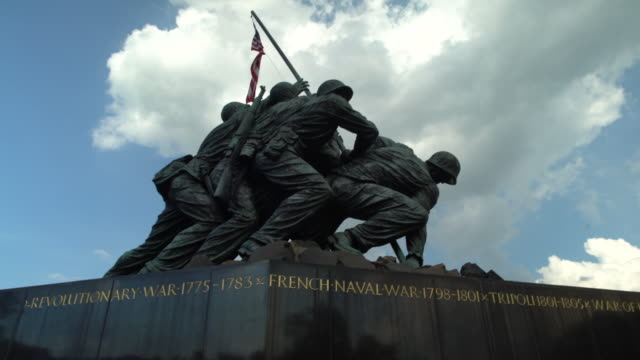 tilt up to us marine corps war memorial - us marine corps stock videos & royalty-free footage
