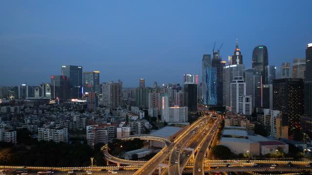 vídeos de stock, filmes e b-roll de inclinar-se vista do viaduto urbano à noite - inclinação para cima
