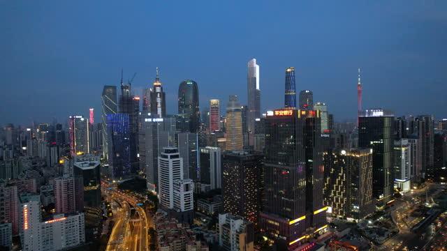 vídeos de stock, filmes e b-roll de inclinar-se para cima vista de arranha-céus urbanos à noite - inclinação para cima