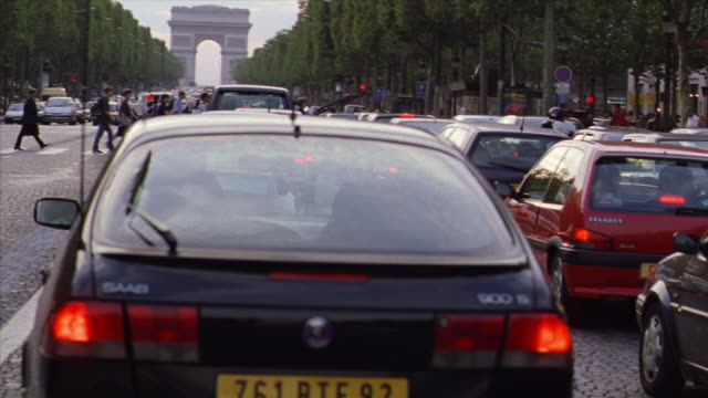 vidéos et rushes de tilt up walking point of view through stopped traffic on champs elysees with people crossing street / paris, france - embouteillage
