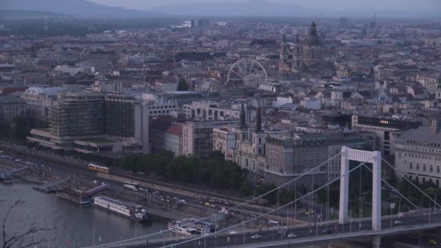 vidéos et rushes de vue imprenable: paysage urbain de budapest le soir depuis la colline de gellért qui peut voir la place erzsébet - culture hongroise