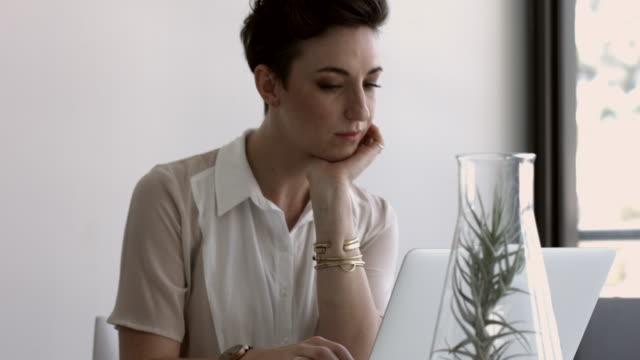 vídeos y material grabado en eventos de stock de ms tilt_businesswoman working on laptop at modern office space - top