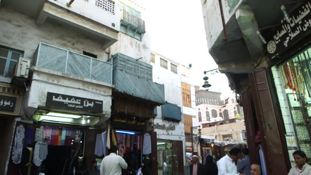 tilt-down of market, in al-balad, the historic centre of jeddah. - jiddah bildbanksvideor och videomaterial från bakom kulisserna