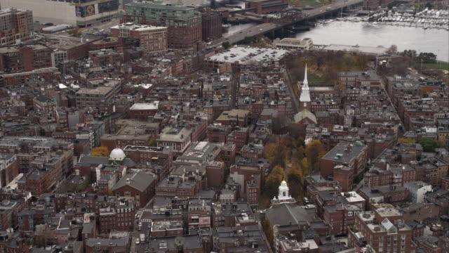 vídeos y material grabado en eventos de stock de tilt-down on boston's north end. shot in november 2011. - iglesia old north