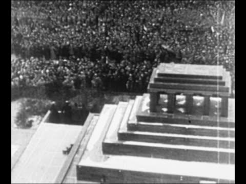 vídeos y material grabado en eventos de stock de tiltdown shot red army troops march in formation through moscow in 1923 / tiltdown shot lenin's mausoleum with 1926 liberated russia parade passing... - lenín