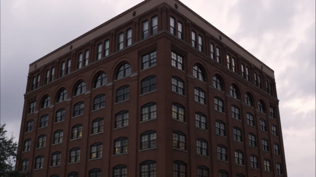 stockvideo's en b-roll-footage met tilting down shot of the texas school book depository at dealey plaza, dallas, texas. - school building