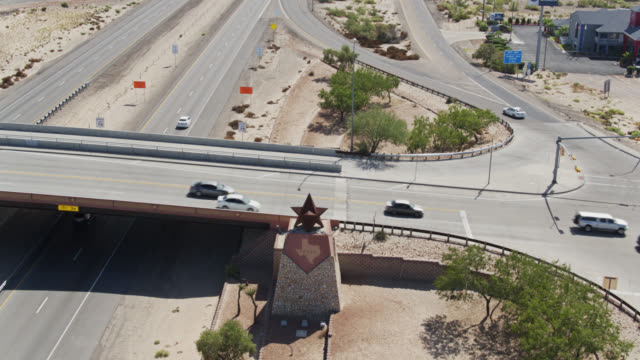 tilting drone shot of traffic on interstate 10 passing truck stop at texas/new mexico state line - interstate 10 stock videos & royalty-free footage