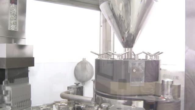 tilting shot of circular metal turntable. - mindre än 10 sekunder bildbanksvideor och videomaterial från bakom kulisserna