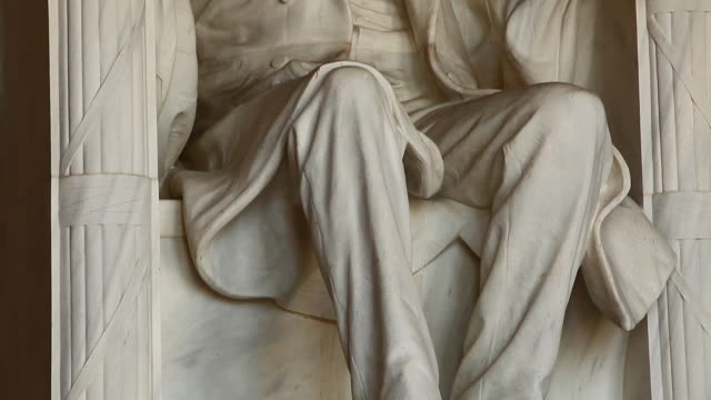 tilting shot of the abraham lincoln statue inside the lincoln memorial in washington dc - lincolndenkmal stock-videos und b-roll-filmmaterial