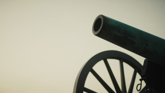 tilting up shot of a us civil war cannon from gettysburg national military park, pennsylvania at sunset - gettysburg stock videos & royalty-free footage