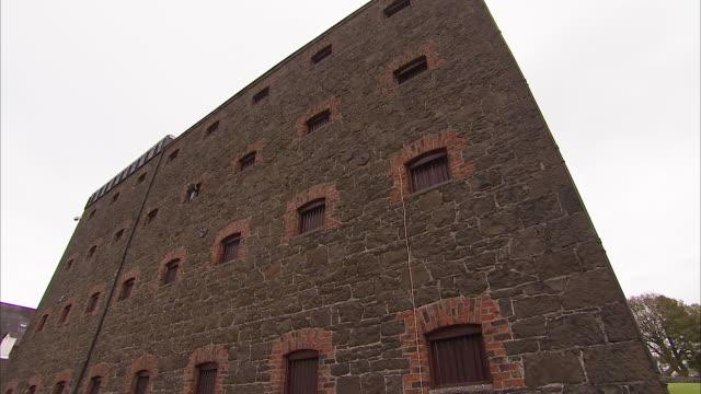 vidéos et rushes de tilting up shot of an old stone building - moyen âge