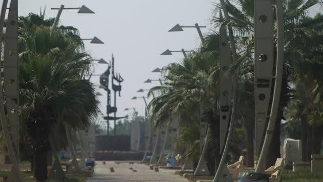 vidéos et rushes de tilt-up of lampposts in a park. - jiddah